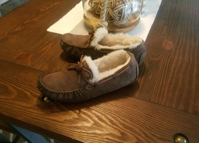 100% AUTHENTIC [UGGS] SLIP ON MOCCASINS 6/6.5 WOMENS....RETAIL $110 @ MACY'S