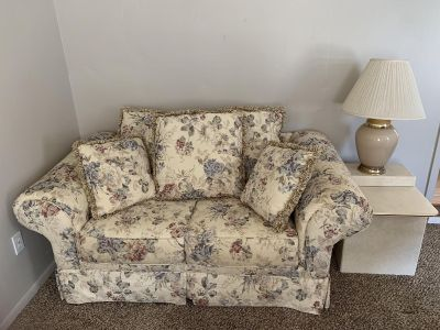 Love seat w/2lamps and 2 end tables