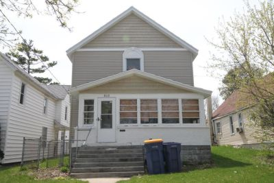 Large Home | 7 Blocks from Pew Campus | Two Living Rooms