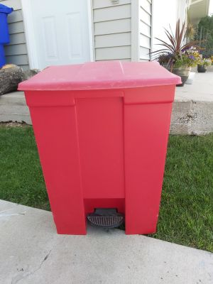 Rubbermaid tall garbage can
