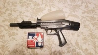 paintball gun and 11 Co2 Cartridges