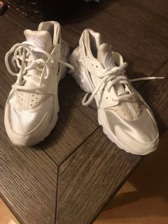 SIZE 9 NIKE AIR HURACHES. ALL WHITE. LIKE BRAND NEW. PURCHASED BUT A BIT TOO SMALL. ORIGINAL PRICE BETWEEN $90.-$120.
