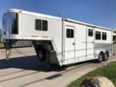 2002 Featherlite 2 Horse w/ Weekender Package 2 horses