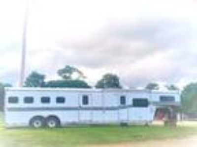 4 Horse trailer w FULL LIVING QUARTERS