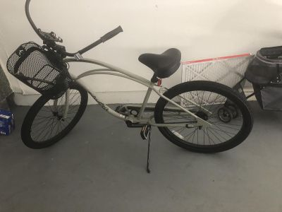 Women s Trek Electra cruiser 26 excellent condition (rode twice) comes with wire basket & iPhone holder