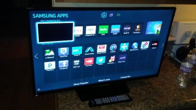 """32""""samsung smart tv with new wall mount and remote"""