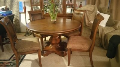Gorgeous solid Table and Chairs set
