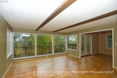 Stunning, private 5 bed/2 bath Southeast Eugene house with beautiful deck views!