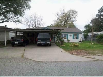 4 Bed 2 Bath Foreclosure Property in Highlands, TX 77562 - W Oak St