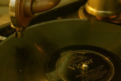 antiques/wind-up phonograph/1923 brunswick/28, 78 rpm records