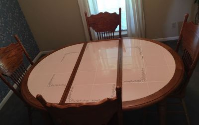 Kitchen/dining table with 4 chairs