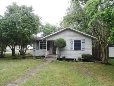 2 Bed 1 Bath Foreclosure Property in Bacliff, TX 77518 - Emerson St