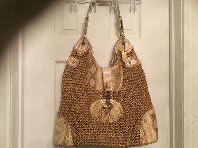 Beautiful leather and soft wicker large purse.has a sturdy hook on the front.with short handle.super condition.brand blu navigare.