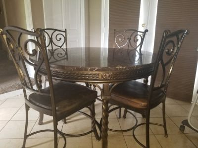 Kitchen round table with chairs