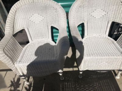 2 Whicker seats with whicker table