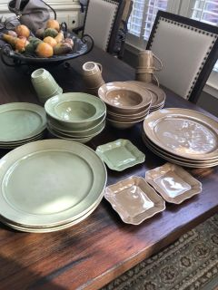 32-piece set of Pottery Barn dishes. Excellent condition