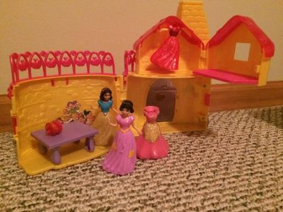 Disney Snow White MagiClip Flip 'N Switch Castle with 2 dolls