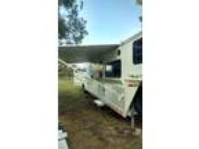 2000 Sundowner 3 Horse Living Quarters with Bunk Beds