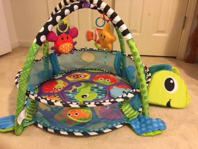 Play mat with ball pit