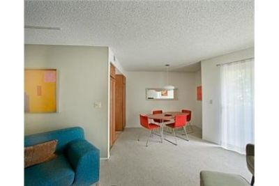 Apartment - 2 bathrooms - 4 bedrooms - in a great area. Parking Available!