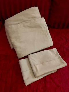 QUEEN SHEET SET INCLUDES FLAT & FITTED SHEET W/ PILLOW CASES ~ NO STAINS NO HOLES ~ LITE GREEN ~ GOOD CONDITION