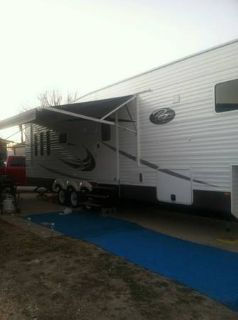 2014 Royal Traveler 5th Wheel 2 power slideouts