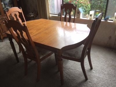 Antique Dinning Room Table and Chairs *** VERY GOOD CONDITION ***