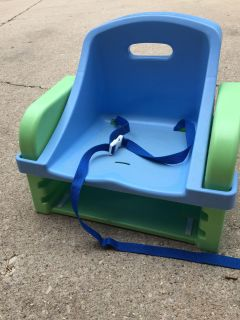 Adjustable height booster seat