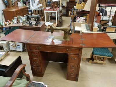 Vintage Westinghouse NEW HOME sewing machine & Kneehole cabinet
