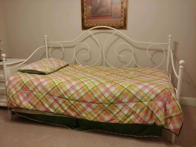 White metal daybed without mattress