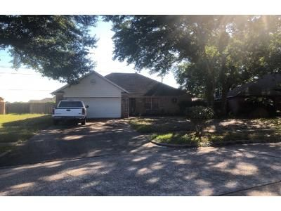 3 Bed 2.0 Bath Preforeclosure Property in Humble, TX 77338 - Fox Haven Ln # Tx77338