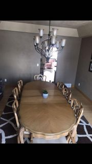 Gorgeous dining room Table w/ 8 matching chairs & Matching Hutch