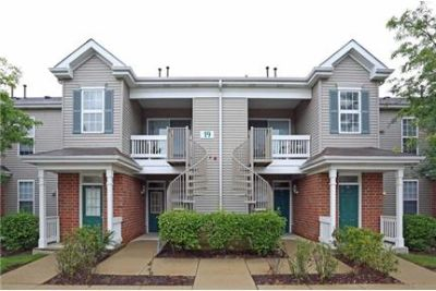 Lease Spacious 2+1. Approx 850 sf of Living Space. Washer/Dryer Hookups!