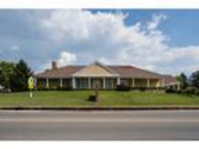 Commercial Building on 1.1 acre m/l in Town
