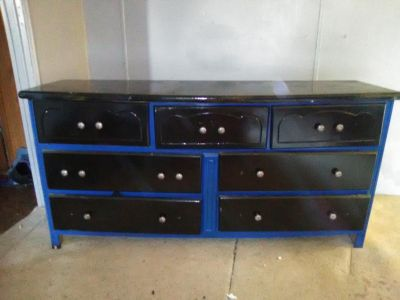 7 drawer dresser. Drawers open and close easily & the drawers dont fall out