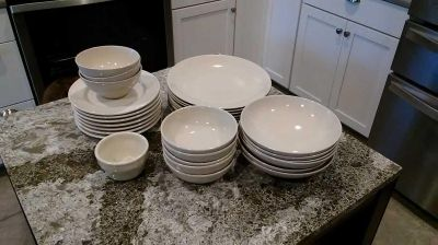 Ikea mix and match plates and bowls 8 10 in plates 7 /7 1/2 in plates 6/8 in bowls 5/ 5 1/2 in bowls 3 5 in bowls 1 4in set$10