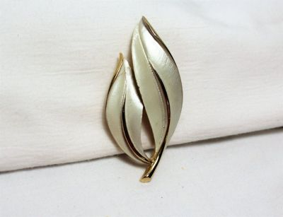Vintage Signed Sarah Coventry Gold Tone White Enamel Leaf Tree Leaves Brooch Pin