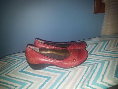 Red size 8M Hush Puppies