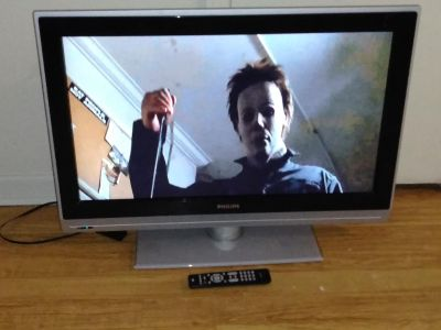 """32""""Phillips flat screen TV with remote"""