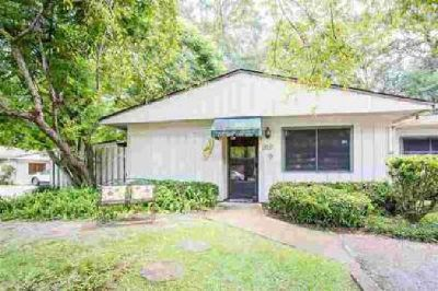 100 Villas CT SE Tallahassee Three BR, Mid-Town Awesome Townhome.