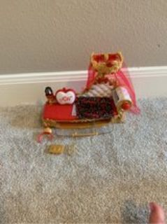 ever After High- apple White s bed/couch