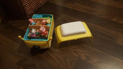 Peppa the Pig camper van and entire family w extras, awning retracts on van, table missing legs