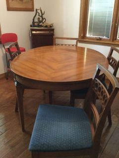 Oval dining table 42x66 , 6 chairs , 2 leaves, protective pads
