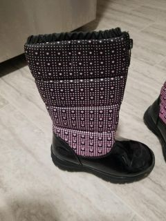 Totes brand girls winter insulated full zipper boots made by Kohls in kerry black inside faux fur 100% polyester size 13
