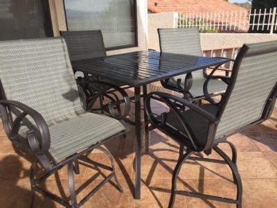 Square patio table hightop w/4 swivel chairs