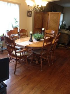 Beautiful dining Table w/6 Chairs