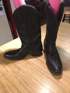 Men's Ariat leather boots in black with black stitching