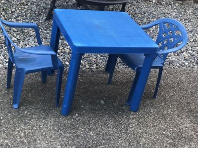 Kids table and chairs for outside