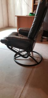 FREE Desk Chair Well used, reclines and swivels, no major rips