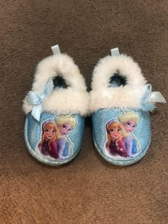 Frozen house slippers size 7/8